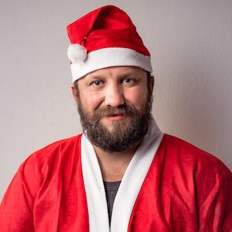 Mannelijk model dat een kerstman-kostuum draagt