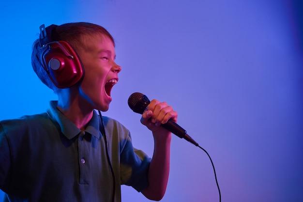 Mannelijk model met microfoon die karaoke zingt. afgezwakt. gekleurd.