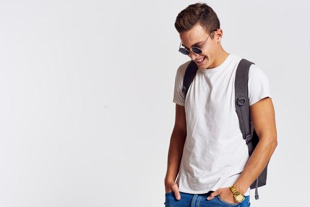 Mannelijk model poseren in jeans en een wit t-shirt op een licht