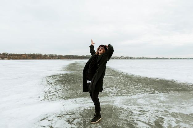 Mannelijk model poseren in winterkleren bij daglicht