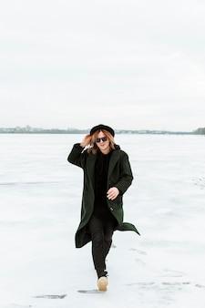 Mannelijk model poseren in winterkleren