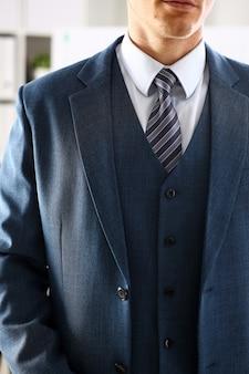 Mannelijk wapen in de blauwe close-up van de kostuum vastgestelde band