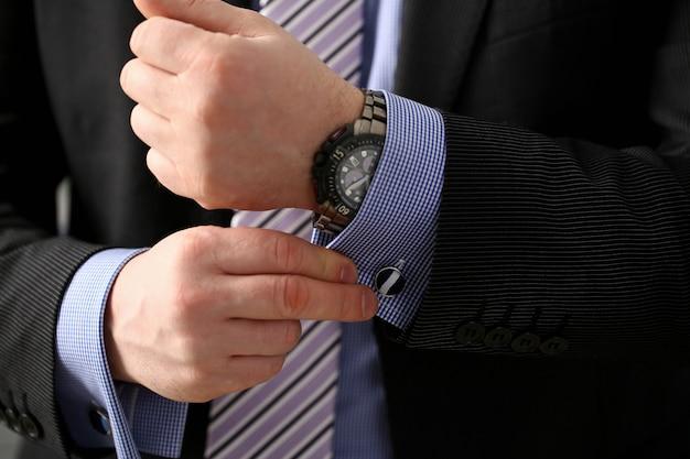 Mannelijk wapen in de bruine close-up van de kostuum vastgestelde nagel