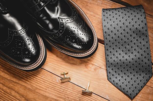 Mannelijke accessoires. schoenen met stropdas en manchet