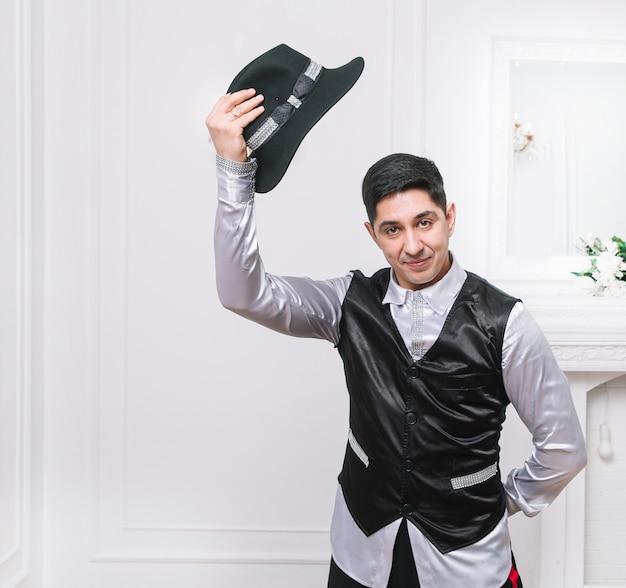 Mannelijke acteur neemt zijn hoed af en begroet je. foto met ruimte voor tekst