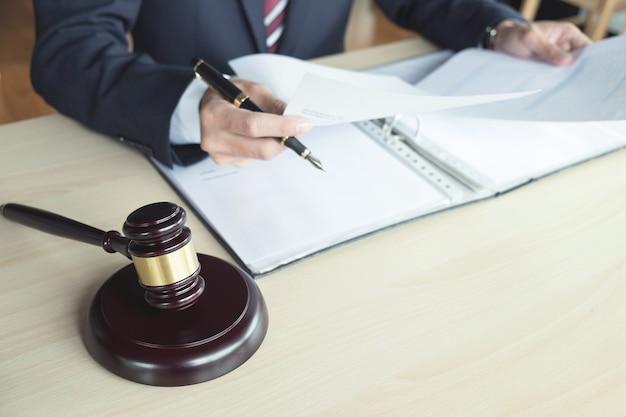 Mannelijke advocaat die met schalen van rechtvaardigheid werkt