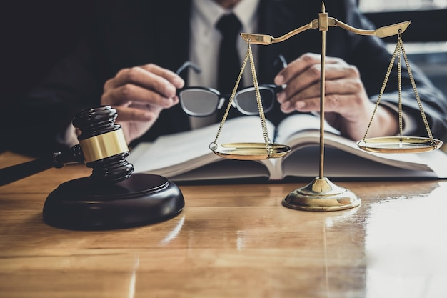 Mannelijke advocaat of rechter die werkt met contractpapieren