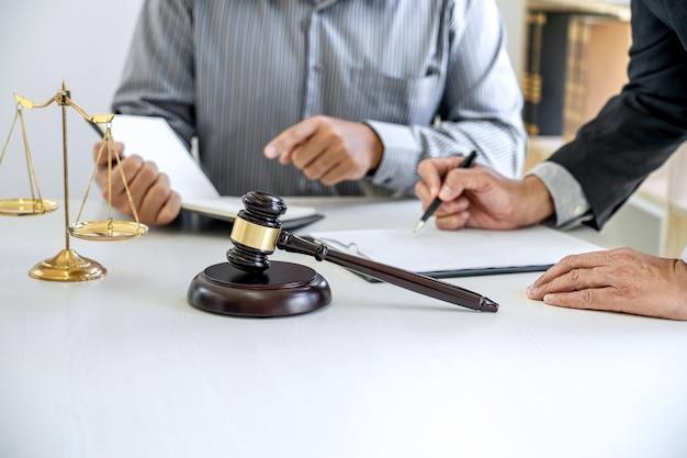 Mannelijke advocaten en professionele zakenman werken