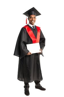 Mannelijke afro-amerikaanse afgestudeerde in toga en pet