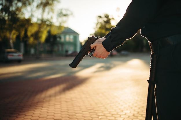 Mannelijke agent in uniform met pistool in handen