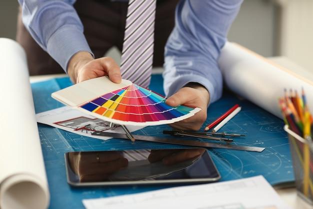 Mannelijke arbeidershanden met kleurrijk spectrum