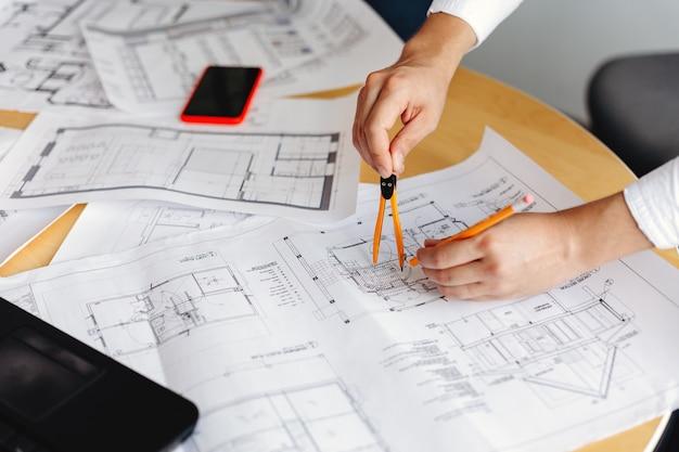 Mannelijke architect tekening blauwdrukken op kantoor werkplek