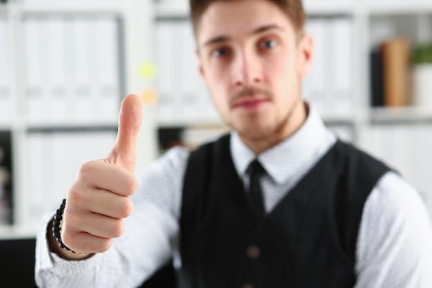 Mannelijke arm ok tonen of bevestigen tijdens conferentie op kantoor