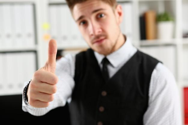 Mannelijke arm tonen ok of bevestigen tijdens conferentie op kantoor