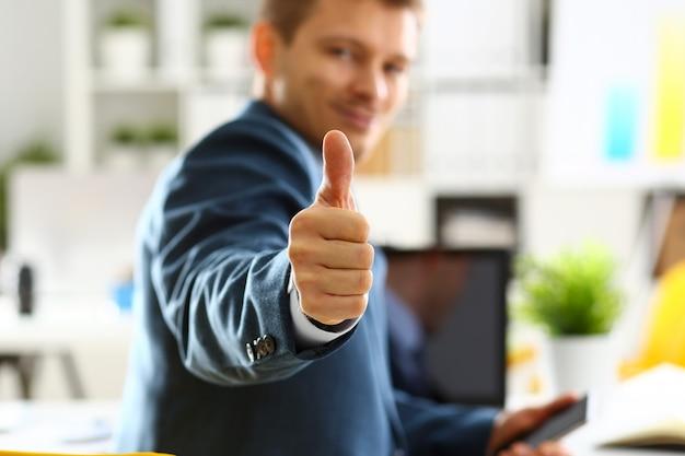 Mannelijke arm toont ok of bevestig tijdens conferentie