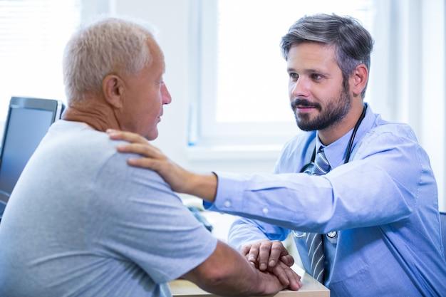 Mannelijke arts de behandeling van een patiënt