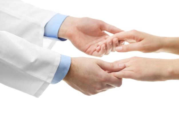 Mannelijke arts die de hand van de patiënt vasthoudt