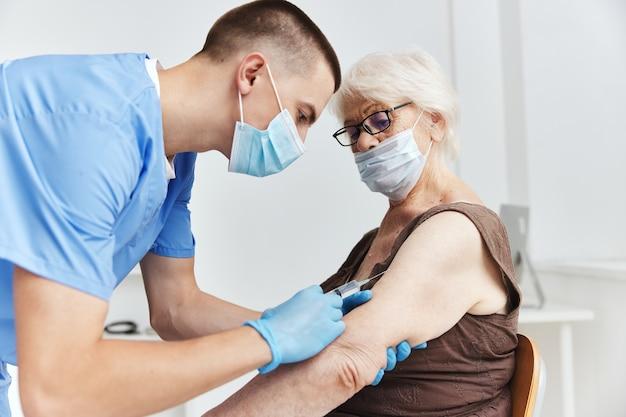 Mannelijke arts die een injectievaccin geeft, paspoort pandemisch coronavirus