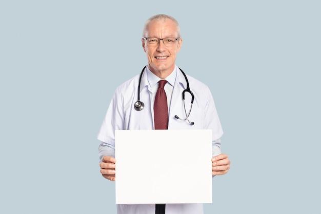 Mannelijke arts die een leeg bord toont