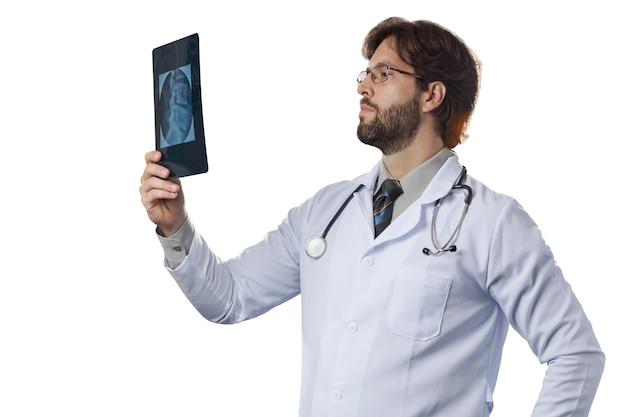 Mannelijke arts die een röntgenstraal bekijkt.