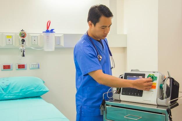 Mannelijke arts en stethoscoop stap op de hals
