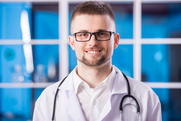Mannelijke arts glimlachen.
