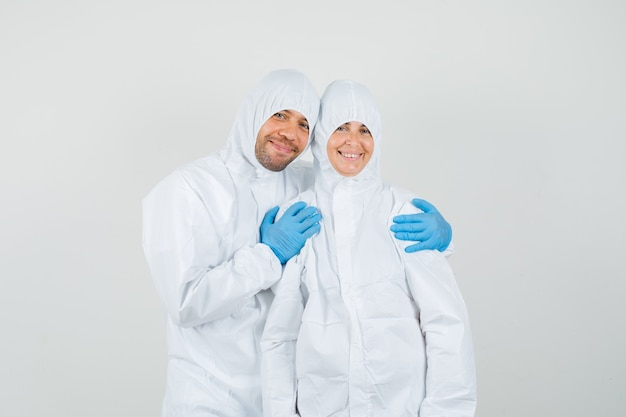 Mannelijke arts in beschermend pak