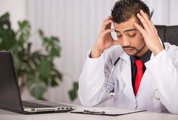 Mannelijke arts in laboratoriumjaszitting in kliniek.