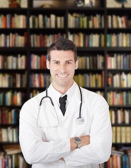 Mannelijke arts in zijn atelier