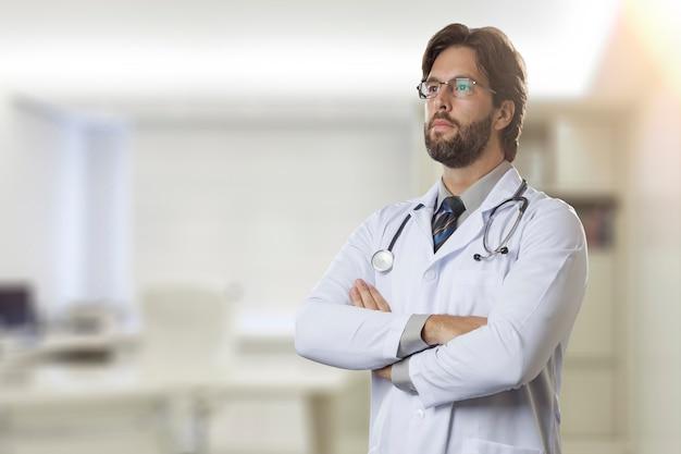 Mannelijke arts in zijn kantoor kijkt ernaar uit