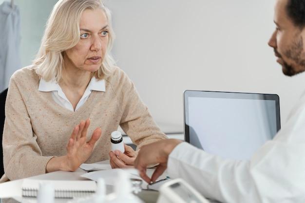 Mannelijke arts medicijnen voorschrijven aan de patiënt