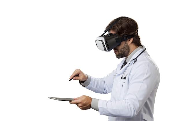 Mannelijke arts met behulp van een virtual reality-bril op een witte ruimte.