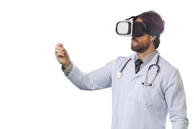 Mannelijke arts met behulp van een virtual reality-bril.