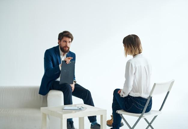 Mannelijke arts psycholoog registreert overleg vrouwelijke patiënt