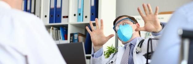 Mannelijke arts vreest dat patiënt denkt dat hij een gevaarlijk virus heeft