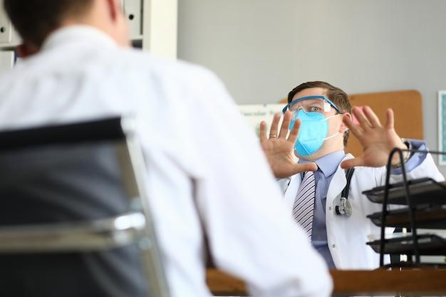 Mannelijke arts vreest patiënt denken dat hij een gevaarlijk virus heeft