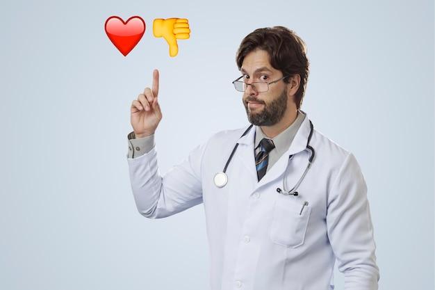 Mannelijke arts wijst naar enkele emoji's.