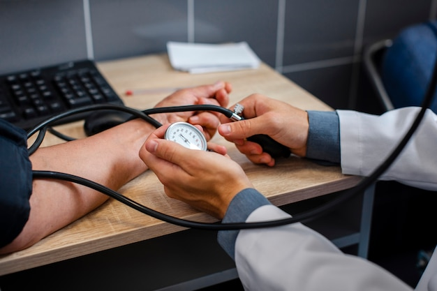 Mannelijke artsenhanden die spanning meten