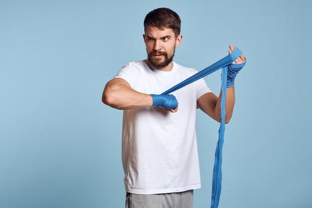 Mannelijke atleet bokser traint in de studio