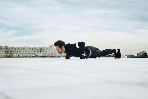 Mannelijke atleet doet push-ups buiten