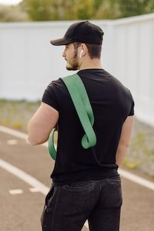 Mannelijke atleet fitnesstraining doen. train buiten de sportschool.