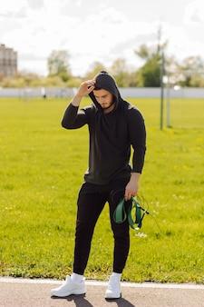 Mannelijke atleet fitnesstraining doen. train buiten de sportschool. Gratis Foto