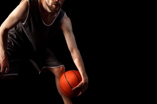 Mannelijke atleet met basketbal poseren