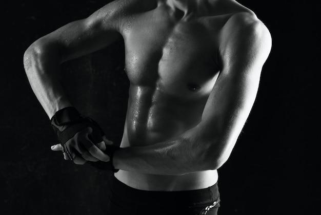 Mannelijke atleet met een opgepompte lichaamstrainingsmotivatie