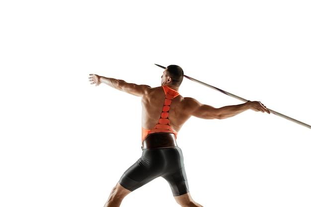 Mannelijke atleet oefenen in het gooien van speerwerpen op witte studio.