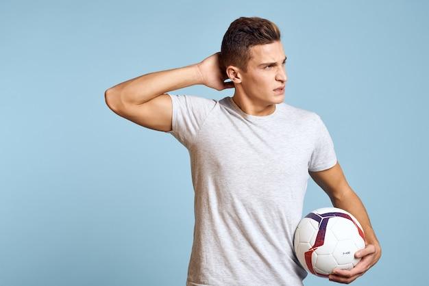 Mannelijke atleet voetballer traint