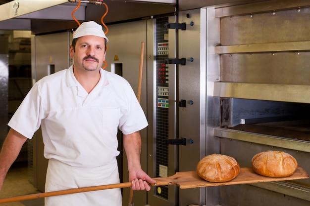 Mannelijke bakker brood bakken