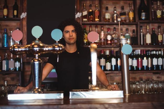 Mannelijke barman bij toog