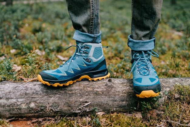 Mannelijke benen dragen sportieve wandelschoenen. herenbenen in trekkingschoenen voor buitenactiviteiten