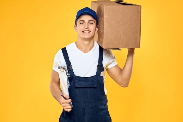 Mannelijke bezorger levering pakket aan de ontvanger, contactloze betaling en ontvangst van goederen